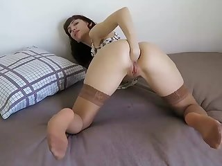 Amateur lustful MILF fists her hungry tight asshole