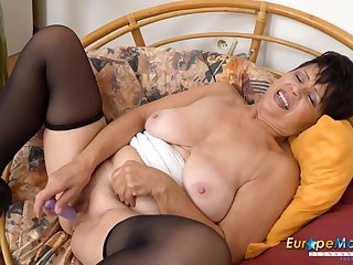 EuropeMaturE Watch her Aged Smooth Slit Going Wet