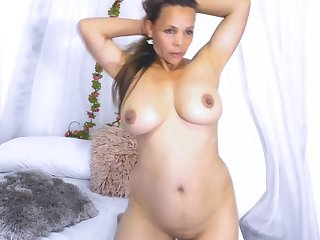 Showing Her Body In Bed - amateur porn