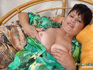 Hot mature woman got so horny she has to undress and use her sextoy